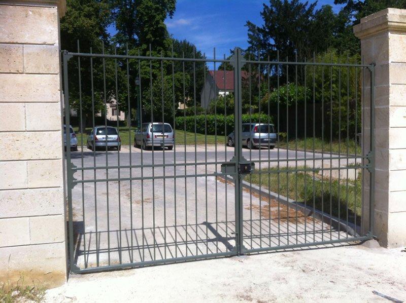 Pose d'un portail et grilles de séparation