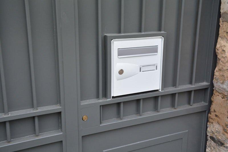 Portail à vantaux avec boîte aux lettre intégrée